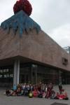 Photo de groupe devant l'entrée